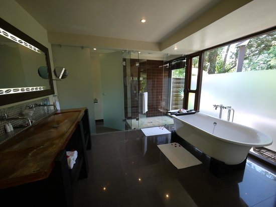 Arusha Coffee Lodge:                   suite bathroom