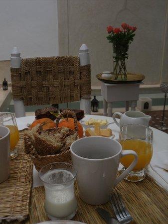 رياض ليز أورانجير داليليا: Breakfast.