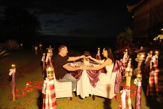 Puri Mangga Sea View Resort & Spa: A candle light dinner for our honey mooners