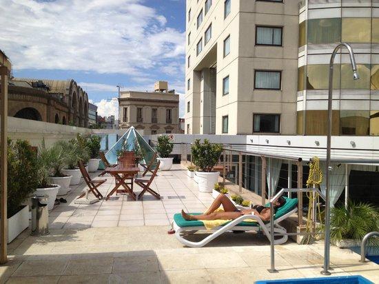 Abasto Hotel:                   Piscina con solo TRES reposeras