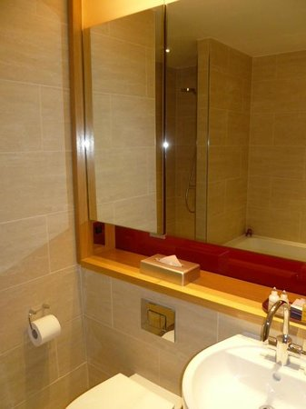 Apex Temple Court Hotel:                   Lovely bathroom                 