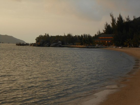 L'Alyana Ninh Van Bay:                   view from beach to restaurant