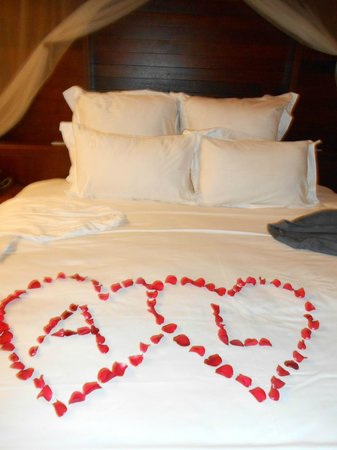 L'Alyana Ninh Van Bay:                   decorated bed for our wedding anniversary