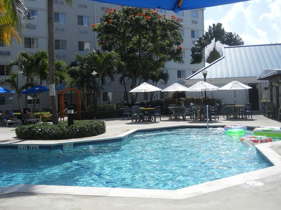 Comfort Suites Seven Mile Beach:                   The pool and Stingers