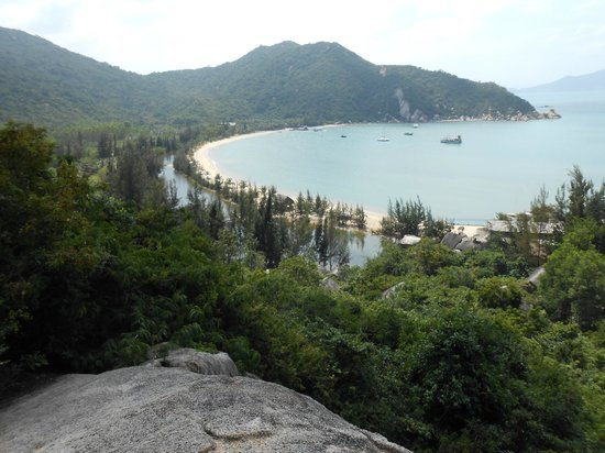L'Alyana Ninh Van Bay:                   view of resort from walk