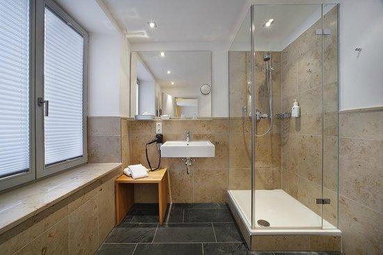 Akzent Hotel Brauerei Hirsch: Badezimmer mit großer Dusche