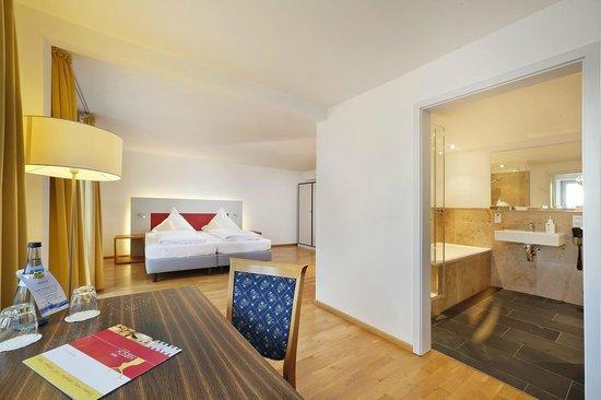 Akzent Hotel Brauerei Hirsch: Großes Doppelzimmer mit Badewanne