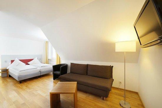 Akzent Hotel Brauerei Hirsch: Familienzimmer mit Sofa