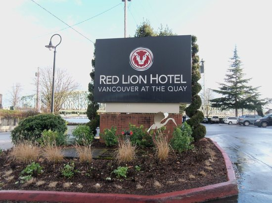 Red Lion Hotel Vancouver at the Quay:                   Entrance landscapting