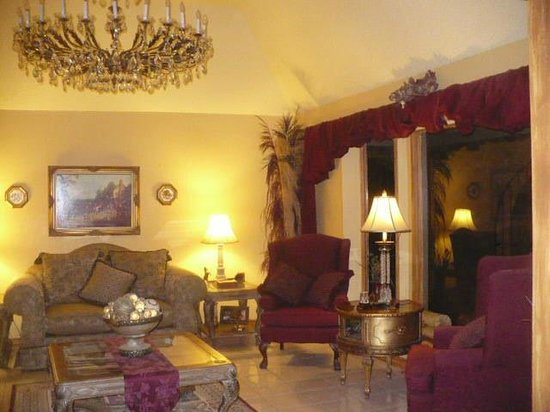 Indian Ridge Bed & Breakfast:                   Beautiful Living Room
