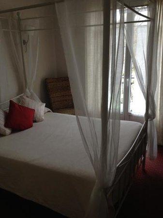 """Hotel Saint Cyr :                   chambre """"romantique"""""""