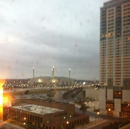 San Antonio Marriott Riverwalk: Sunrise from room, pay attention to dirty windows