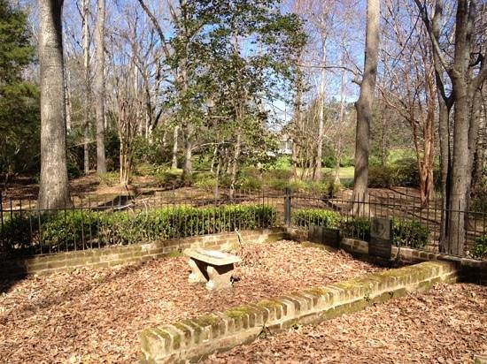 Monmouth Historic Inn & Gardens Natchez:                   view of on site graveyard. peaceful and haunting