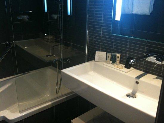 la salle de bain avec baignoire - Bild von Hotel les bains ...