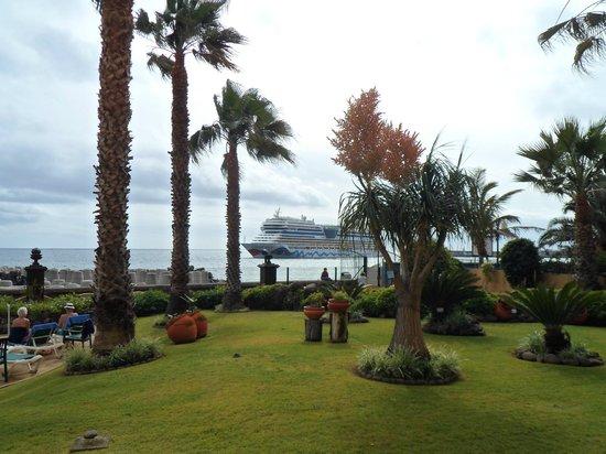 Porto Santa Maria Hotel:                   Cruise ship arriving