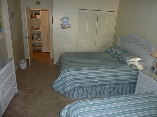 Dolphin Run Condominium:                   Room