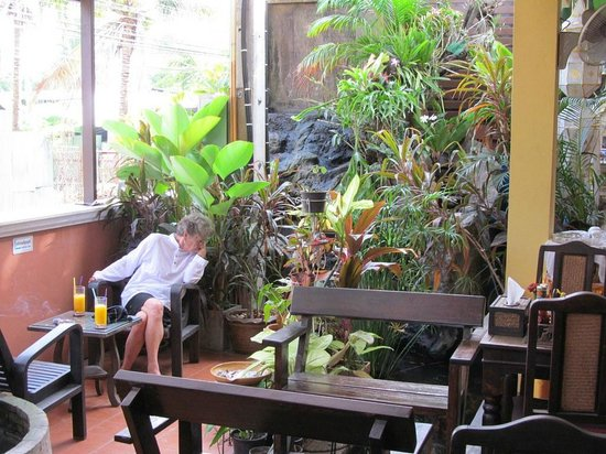 Chiang Mai Thai House: Dining room with smoking area partially outside.