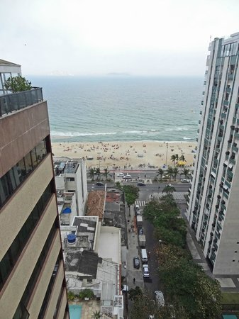 Ipanema Plaza Hotel: view of Ipanema beach from roof top cafe of the hotel