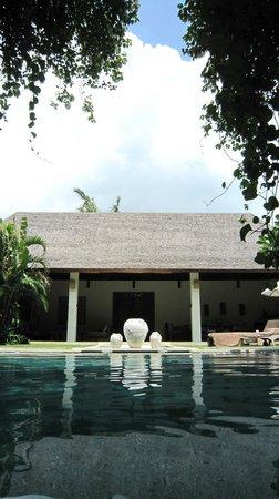 Nyaman Villas: Vue sur l'espace jour de la piscine