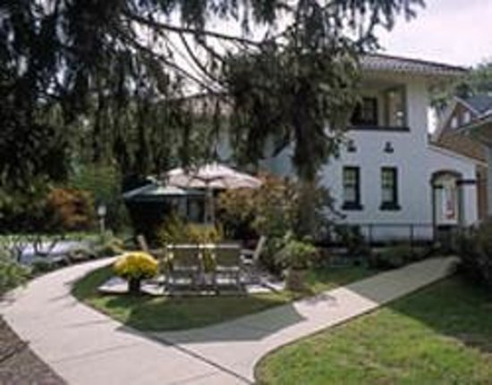 King's Cottage Bed & Breakfast: Relax by the Pond