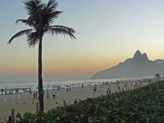Golden Tulip Ipanema Plaza: Ipanema beach life at sunset