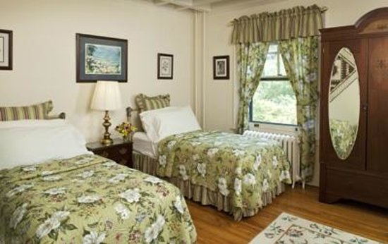 King's Cottage Bed & Breakfast: Duke Room set up for Girl Friends Weekend