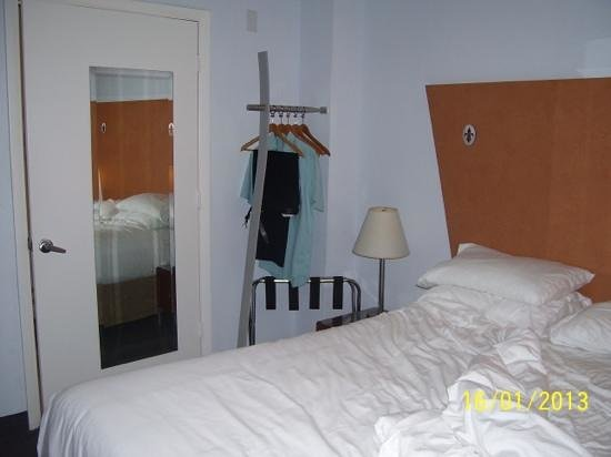 Ocean Spray Beach Hotel:                   bedroom has no wardrobe