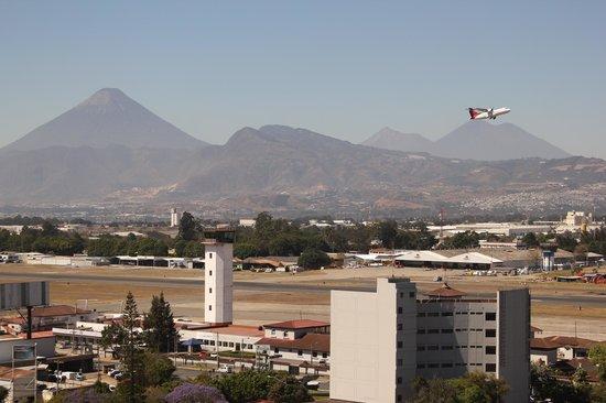 Hotel Las Americas: Airport view!