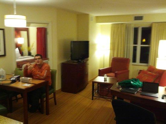 ريزيدنس إن باي ماريوت كولشستر: Living room