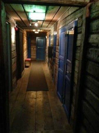Buustamons Fjallgard :                   Korridor mellan rummen