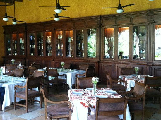 Los Abolengos Grand Class Casona Hotel en Tequila : Shot of Dining Room and Wall of Tequila