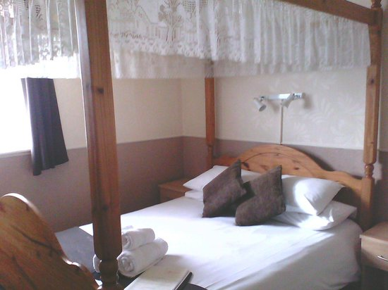Aberford Hotel:                   bedroom with onsuite