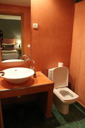 L'Heure d'Ete:                                     Bathroom