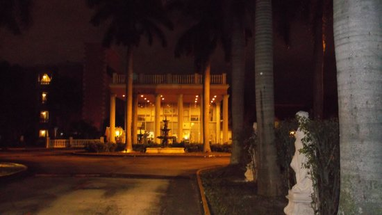Hotel Roma Golden Glades Resort :                   entrance at night