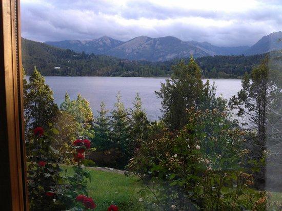 Peninsula Petit Hotel:                   Vista al lago con un hermoso rosal en cada ventana desde la habitación 6 (Lago