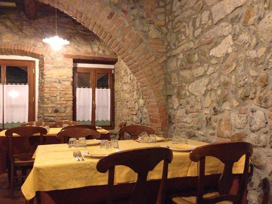 Hotel Cascina Belvedi:                   Una delle sale da pranzo (una delle due con camino)