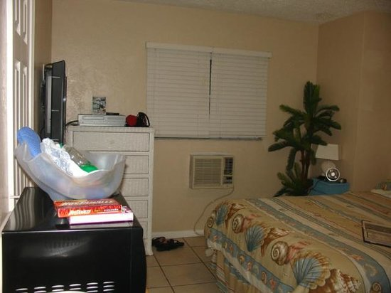 Oasis Palms Resort : Nice size room, closet and bathroom off to the left.