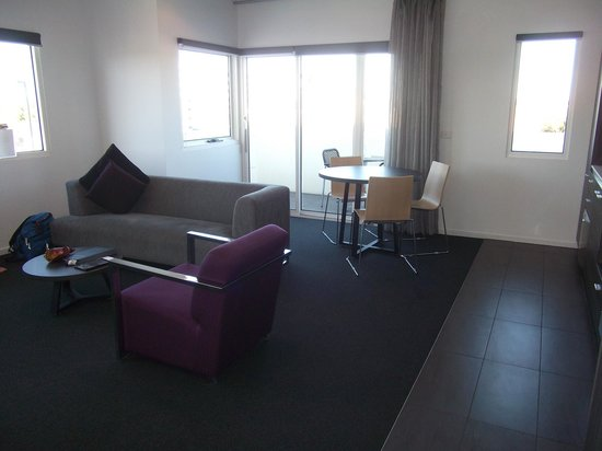 Tyrian Serviced Apartments :                   dining area
