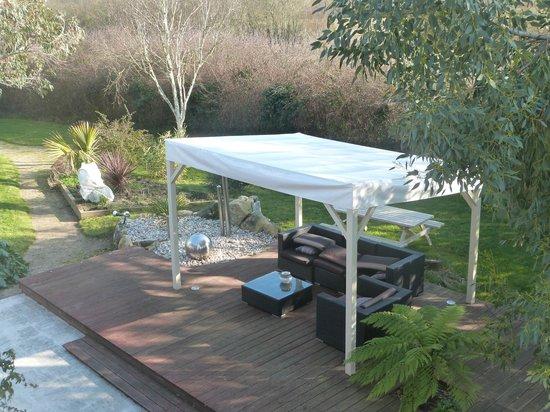 Carnac Lodge & Hotel : la terrasse extérieure et le jardin