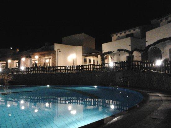 Hotel Nuraghe Arvu:                   vista dell'hotel di notte