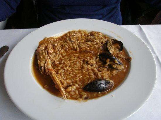 Peixerot:                   arroz con sepia mejollones y escamarlanes