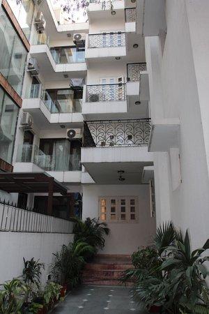 โคโลเนลส์ รีทรีท:                   Entry way and my top floor room