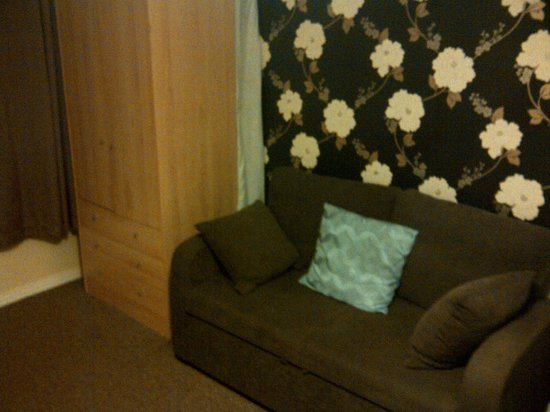 Abbey Bed and Breakfast: Canapé et armoire un peu usée