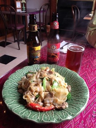 Thai Thai Restaurant: Pad Kee Mao with local beers