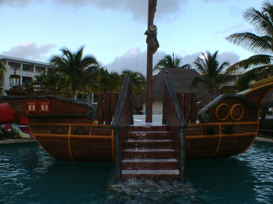 Paradisus Playa Del Carmen La Esmeralda:                   Pirate boat at the kids pool