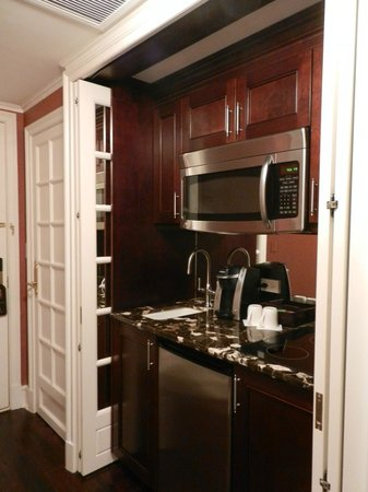 Hotel Plaza Athenee New York: small kitchenette