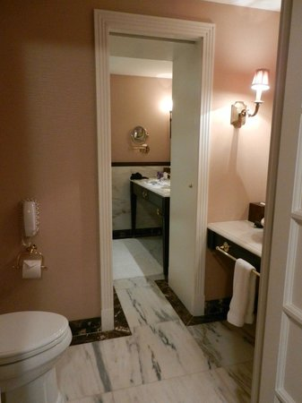 Hotel Plaza Athenee New York: bathroom with WC accessible from living room