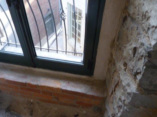 لو باتي هوتل:                   Stone wall is from original building-- view wasn't that great but the room was