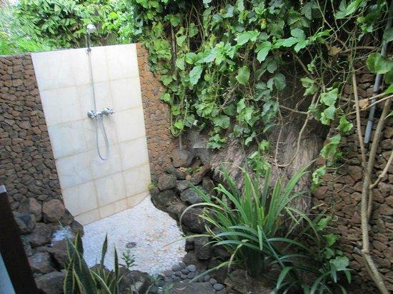 Bloo Lagoon Village:                   戸外のシャワー