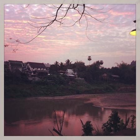 لو بيل إير بوتيك ريزورت آند فيلا:                   photo de la vue depuis le jardin le soir                 